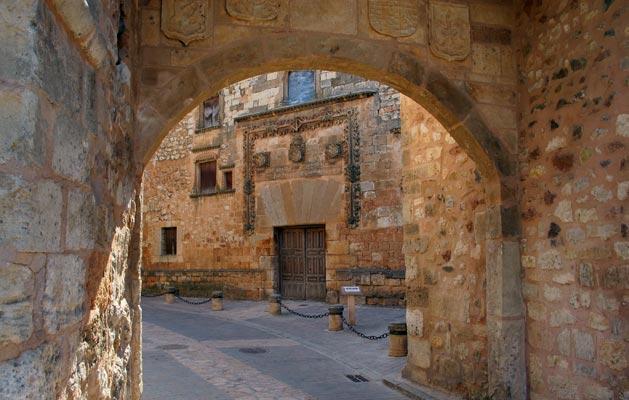 Ayllón. Vista del Palacio de Los Contreras desde el Arco