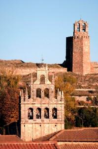 Vista de Ayllón, con La Martina y los restos del castillo al fondo