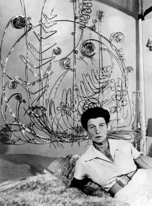 Peggy Guggenheim junto a su cabecero de Alexander Calder