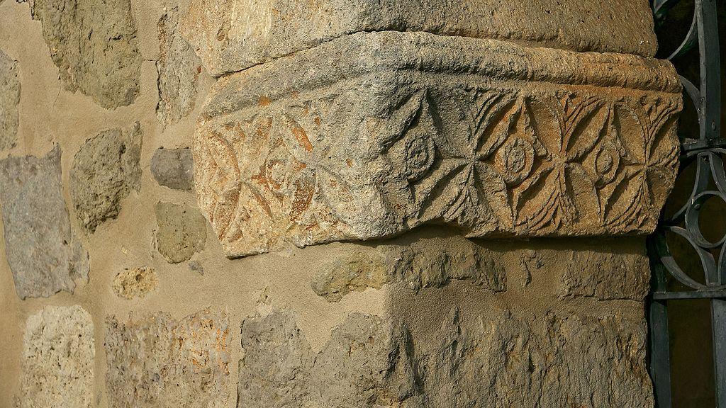 Decoración en la portada exterior del pórtico de San Juan de Baños
