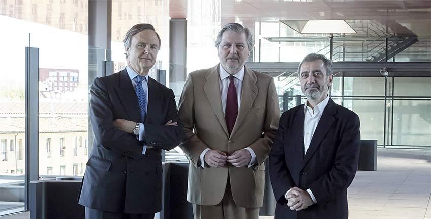 Ricardo Martí Fluxa, nuevo presidente del Real Patronato del Museo Reina Sofía. En la foto con el ministro Íñigo Méndez de Vigo y Manuel Borja Villel