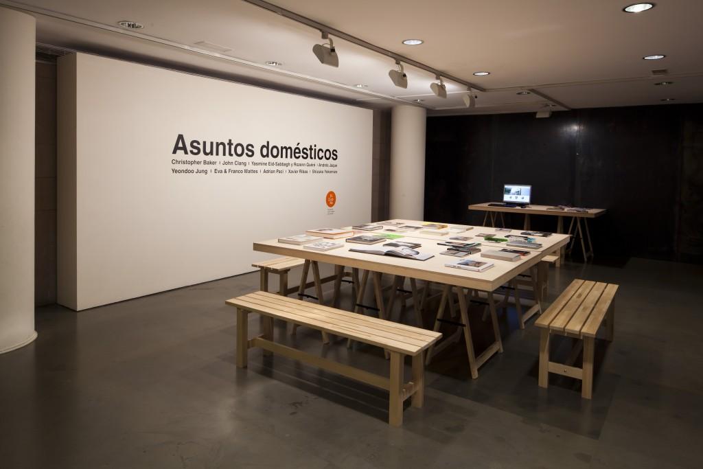 Asuntos Domésticos, vista del espacio de documentación. Exposición colectiva co-comisariada con Pedro Vicente. Visiona, Diputación de Huesca, Huesca, 2014-2015. ©Fernando Ávila