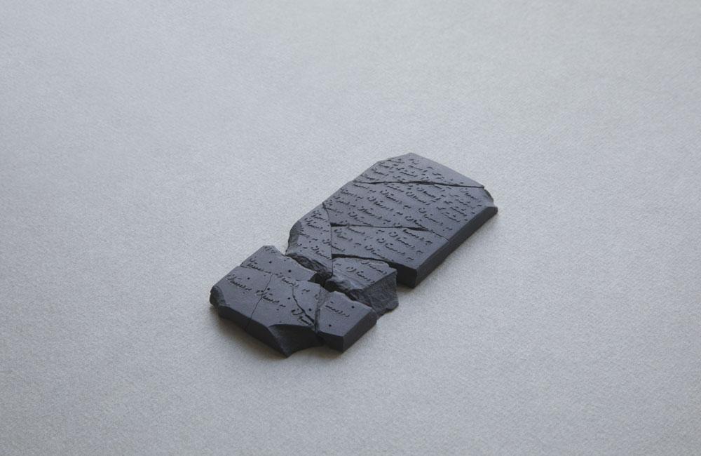 Shirin Salehi. Tablilla miniatura en porcelana negra, 2019 Inscripciones en farsi del poema Vuelta de paseo de Federico García Lorca