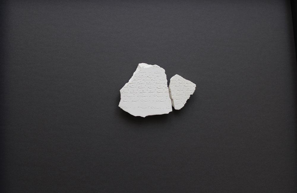 Shirin Salehi. 20-Fragmentos de una tablilla en porcelana blanca, 2018 Inscripciones en farsi del poema Vuelta de paseo de Federico García Lorca