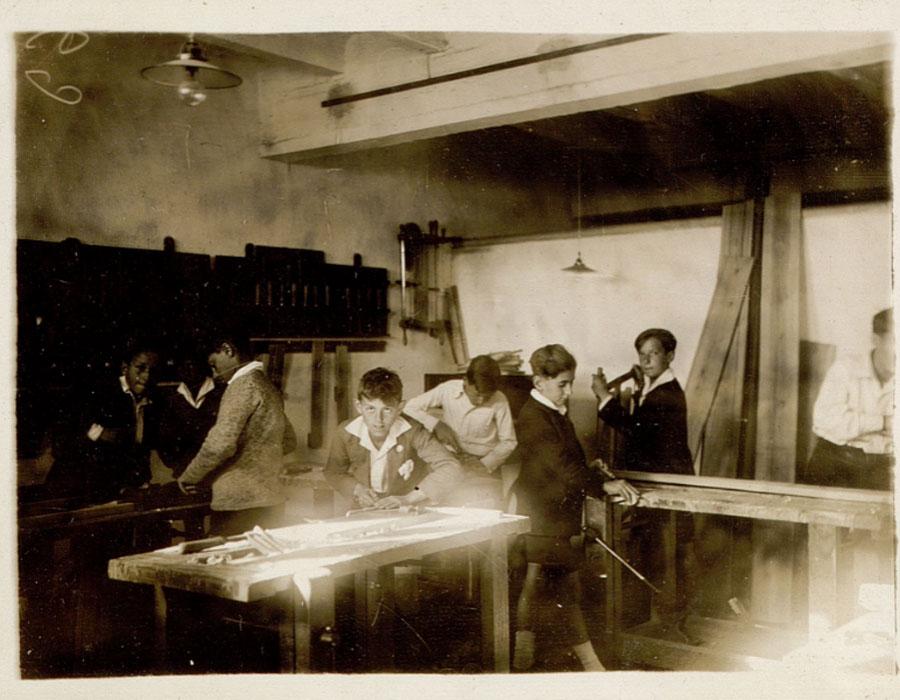 Alumnos del Instituto-Escuela trabajando en el taller de carpintería en la sede de Miguel Ángel 8, hacia 1925. Residencia de Estudiantes, Madrid