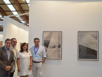 Carmen Díaz, delegada de cultura del Ayuntamiento de Marbella; Alejandro Zaia, director de Art Marbella, y Germán Borrachero, director del Museo del Grabado Español Contemporáneo, junto a las obras de Erlea Maneros