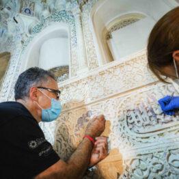 La Alhambra recupera la policromía original de época nazarí en la Sala de los Reyes