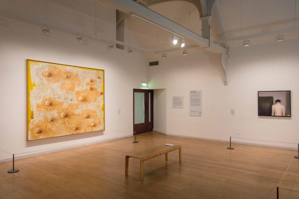 """Vista de la exposición """"Colección """"la Caixa"""" de Arte Contemporáneo. Selección de Enrique Vila-Matas"""" en la Whitechapel Gallery"""