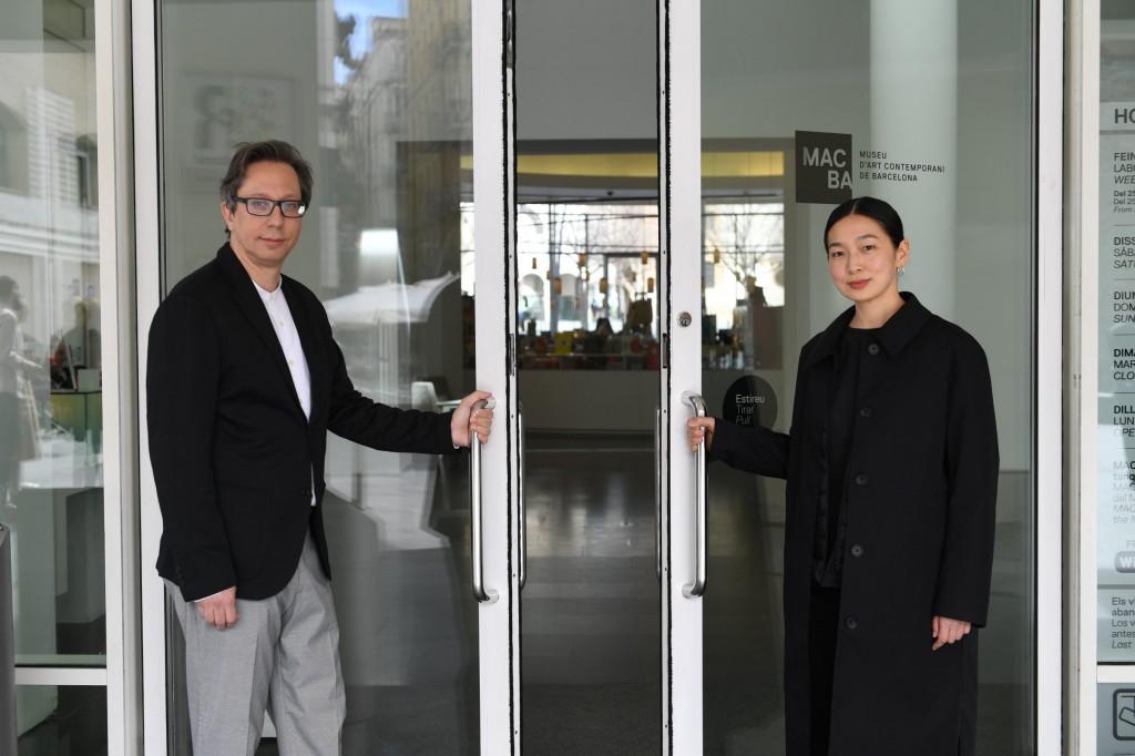 Ferran Barenblit, Director del MACBA, y Shu Hung, Fast Retailing Global Creative Lab Director. Foto: Miquel Coll