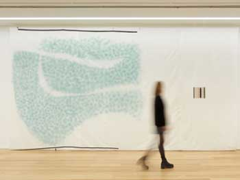 "Vista de la exposición ""Victor Pasmore: Space as Motif"" en Marlborough Londres"