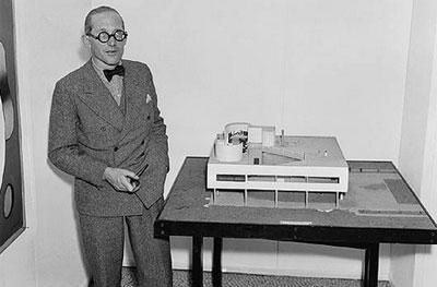 Le Corbusier con su modelo para la Villa Savoye, 1928