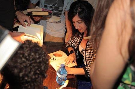 Glenda León firmando ejemplares durante su intervención en Apertura