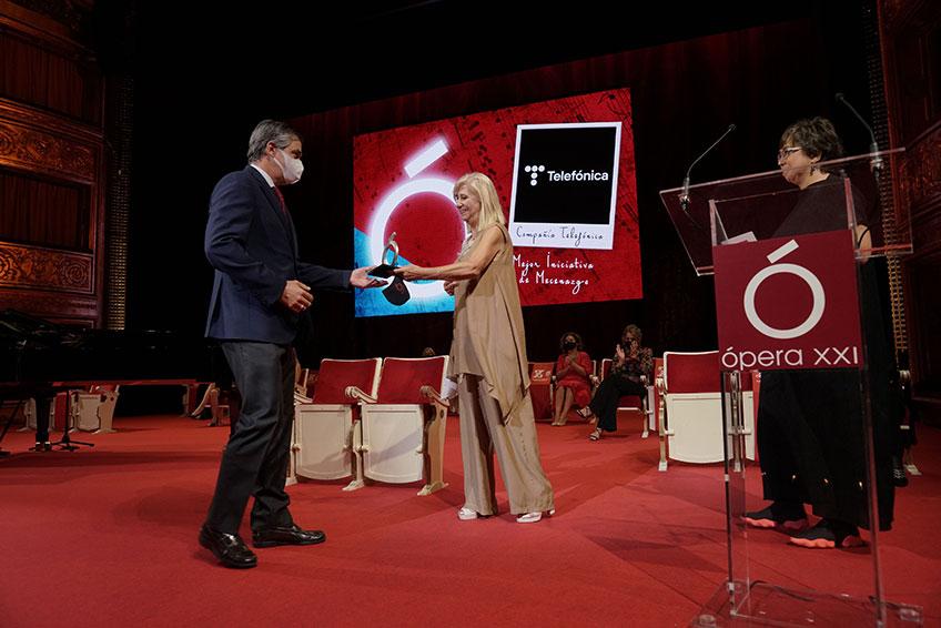 Rafael Fernández de Alarcón, director de Marca, Patrocinios y Medios de Telefónica, recogiendo el Premio a la Mejor Iniciativa de Mecenazgo