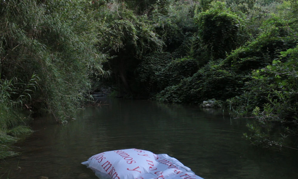 Florencia Rojas. Frame del vídeo En los mismos ríos entramos y no entramos, [pues] somos y no somos [los mismos].