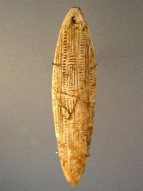 Reproducción de la churinga hallada en la cueva de La Roche, Francia. Europeana Collections