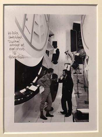 Stanley Kubrick hablando con Keir Dullea (el astronauta David Bowman) en el escenario del interior de la centrifugadora de la nave Discovery, 1966