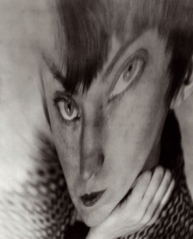 Berenice Abbott Autorretrato, distorsión, ca. 1930. Cortesía de Howard Greenberg Gallery © Getty Images/Berenice Abbott