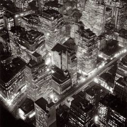 Berenice Abbott. Vista aérea de Nueva York de noche, 20 de marzo de 1936. International Center of Photography. © Getty Images/Berenice Abbott