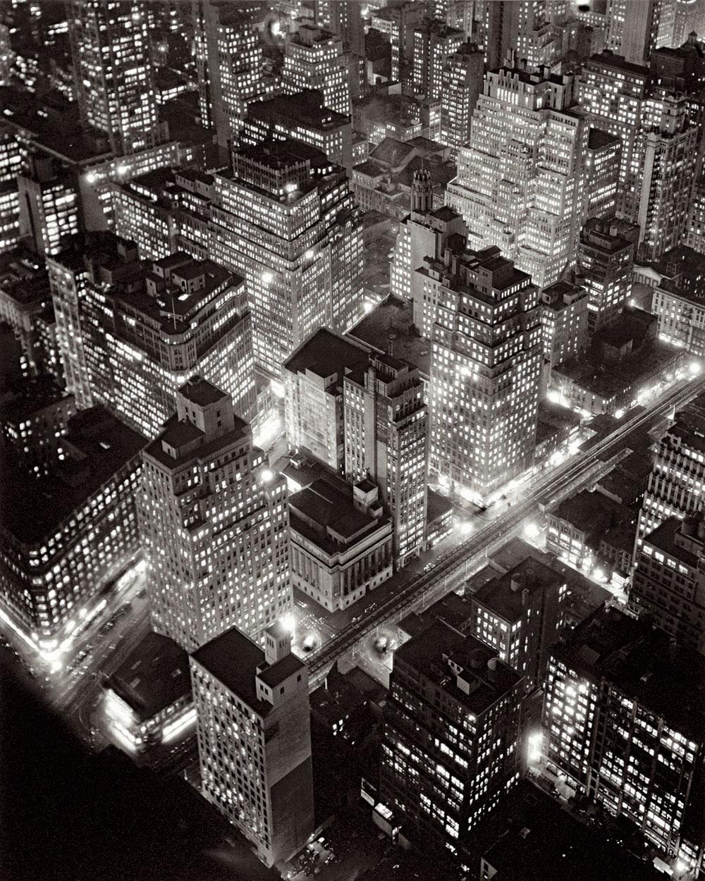 Berenice Abbott. Vista aérea de Nueva York de noche, 20 de marzo de 1936. International Center of Photography. © Getty Images/Berenice Abbott