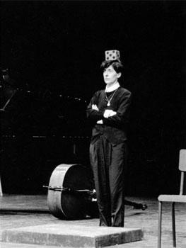 Esther Ferrer. Mallarmé révisé o Malarmado revisado, 1968-1992. Festival Polyphonix. Hommage à John Cage, Centre Pompidou, París. Foto: Jean-Pierre Sonolet. Cortesía de la artista
