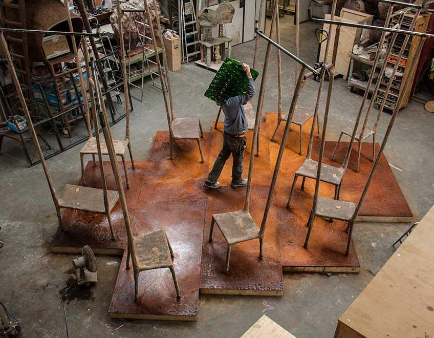El Patio. Intervención de Nacho Carbonell. Las sillas de respaldos largos recuerdan a las columnitas de soporte arquitectónico de La Alhambra.
