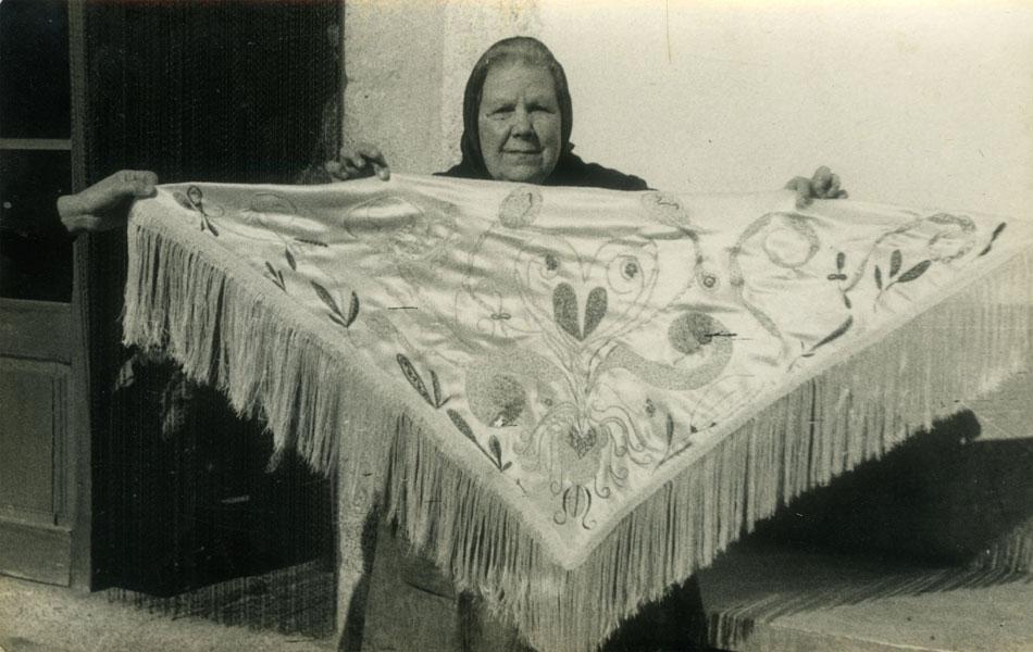 Josefa Tolrà mostrando un mantón con bordado fluídico, 1956. © de la obra, Associació Josefa Tolrà © Fotografía: Archivo familiar, cortesía de la Associació Josefa Tolrà, 2019