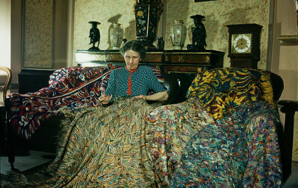 La artista inglesa Madge Gill (Maude Ethel Eades) realizando una manta con hilos de seda insertados en una lona, 19 de agosto de 1947. Fotografía: Paul Popper/ Popperfoto /Getty Images