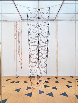 """Vista de la exposición """"Leonor Antunes: I Stand Like A Mirror Before You"""" en el New Museum de Nueva York, 2015"""