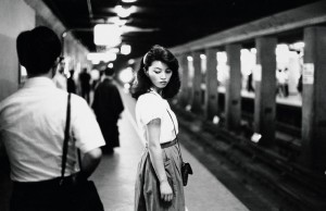 Ed van der Elsken. Girl in the subway, Tokyo, 1981. . Nederlands Fotomuseum  Foto: © Ed van der Elsken / Collection Stedelijk Museum Amsterdam