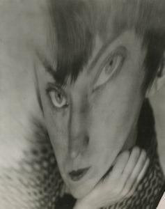 Berenice Abbott. Self Portrait - Distortion, hacia 1930. Cortesía de Howard Greenberg Gallery