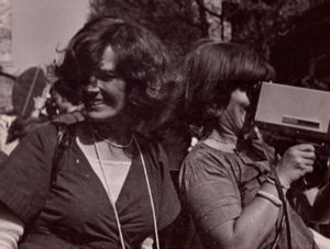 Micha Dell-Prane. Delphine Seyrig and Ioana Wieder holding a camera during a demonstration, 1976. Cortesía del Centre audiovisuel Simone de Beauvoir