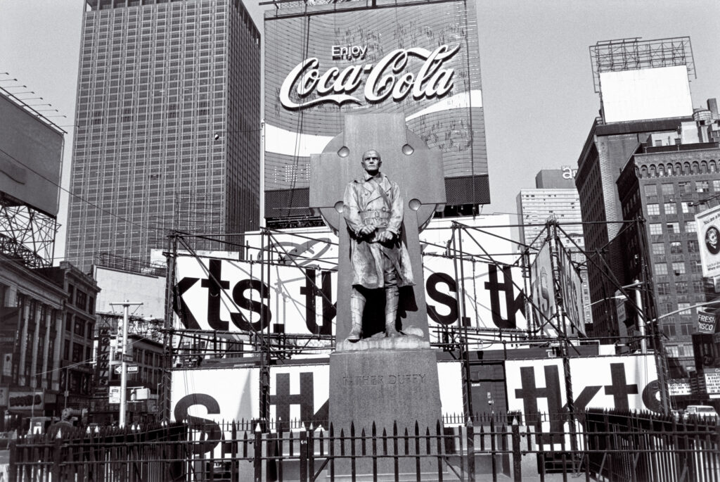 Lee Friedlander. Father Duffy, Times Square, New York, 1974. Cortesía de Fraenkel Gallery, San Francisco