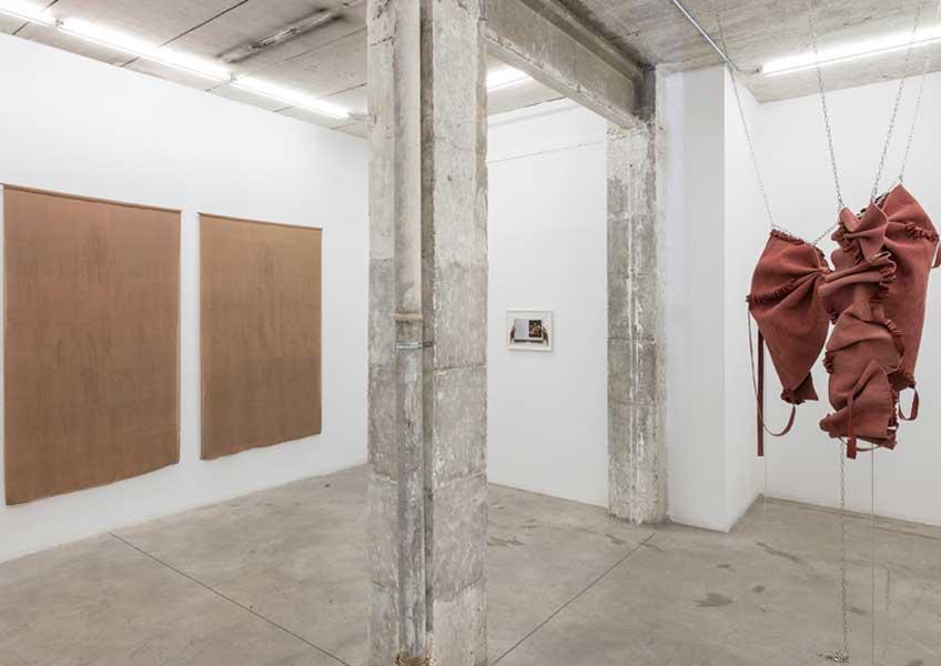 """Vista de la exposición """"El viejo sueño de la simetría"""" en Nogueras Blanchard"""
