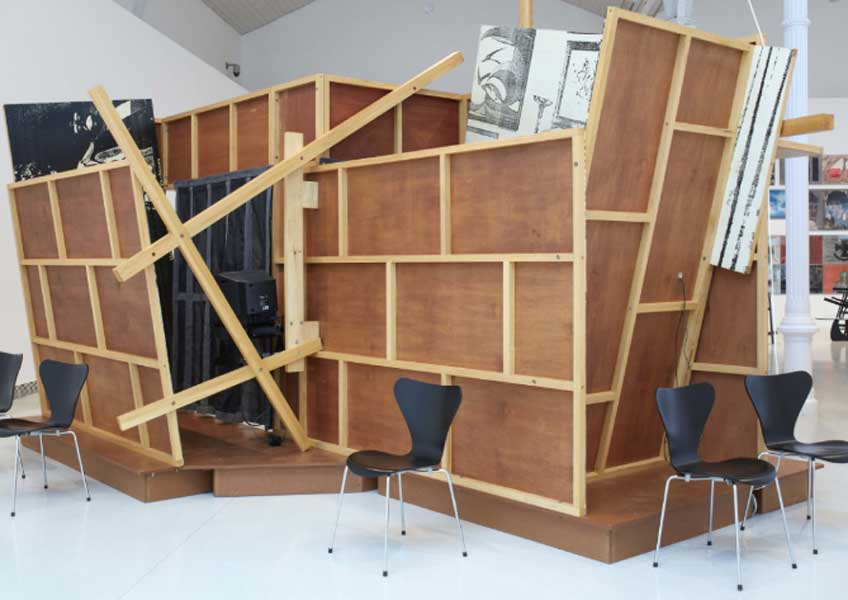 Vista de sala de la exposición. Txomin Badiola. Otro Family Plot, 2016