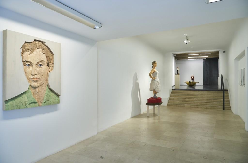 """Vista de sala de la exposición """"Stephen Balkenhol, nuevas esculturas"""""""