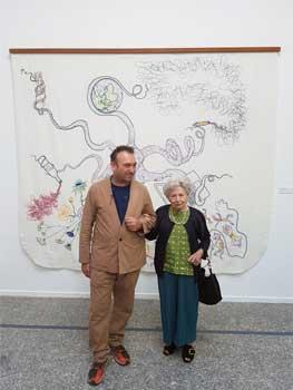 Francisca Artigues y Miquel Barceló posan delante de una de las obras. Fotografías: Jesús G. Rodrigo, RJB-CSIC