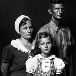 Mike Disfarmer. Undata-captiond, (Mother and father with daughter, serious facial expressions), 1939-46