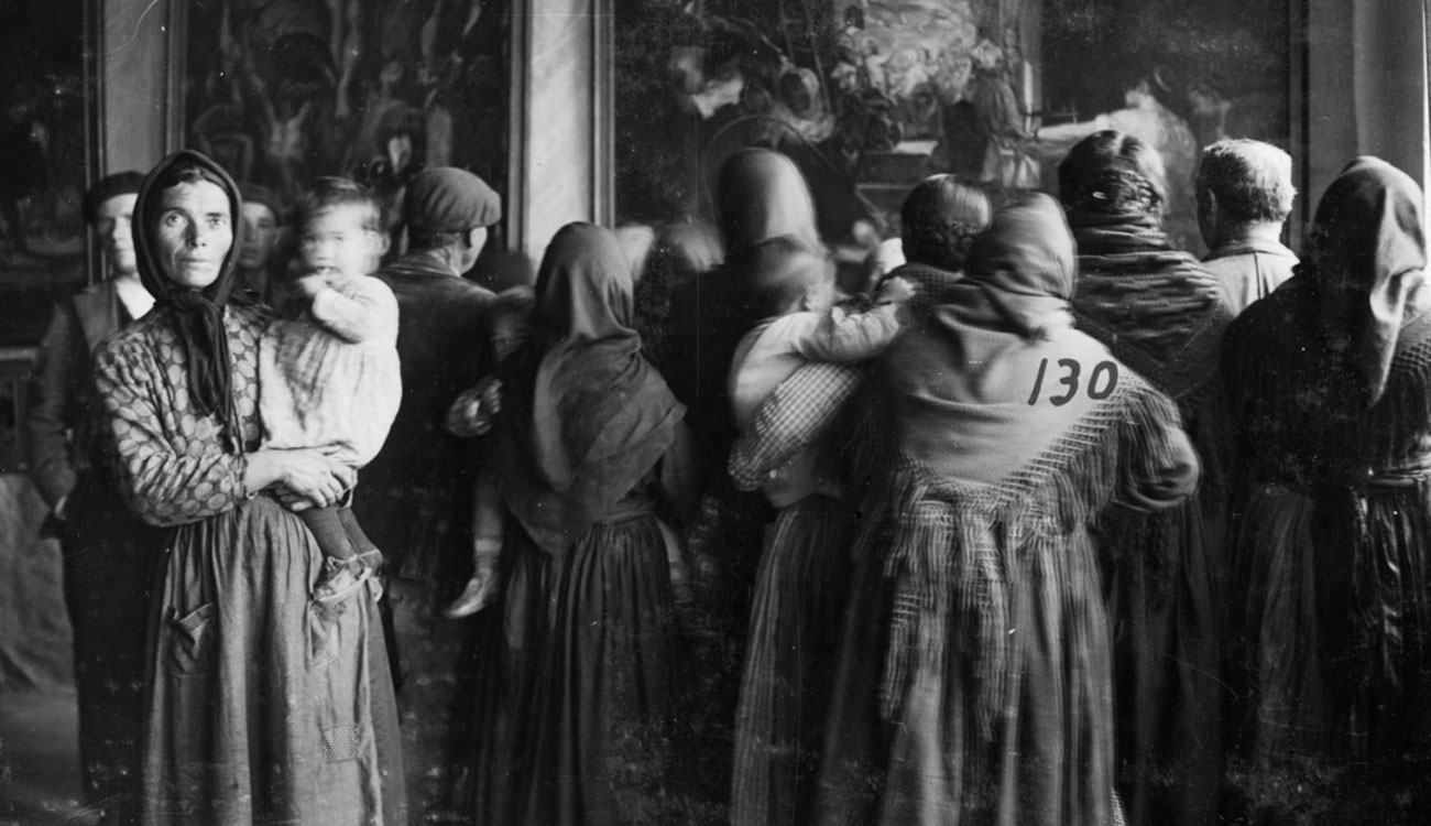 Grupo de espectadoras ante una copia de Las Hilanderas de Velázquez, Cebreros, Ávila, 13-17 de noviembre de 1932. Archivo fotográfico de la Residencia de Estudiantes, Madrid