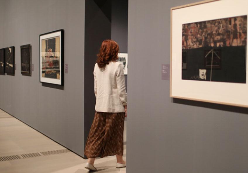 """Vista de la exposición """"El grito silencioso. Manolo Millares"""" en el Centro Botín."""