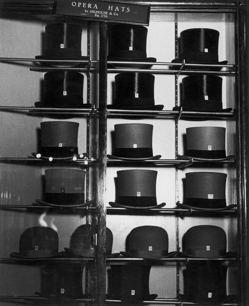 Bill Brandt. Vitrina de sombrerería en Bond Street, 1934. Colección privada. Cortesía de Bill Brandt Archive y Edwynn Houk Gallery. Bill Brandt Archive and Edwynn Houk Gallery