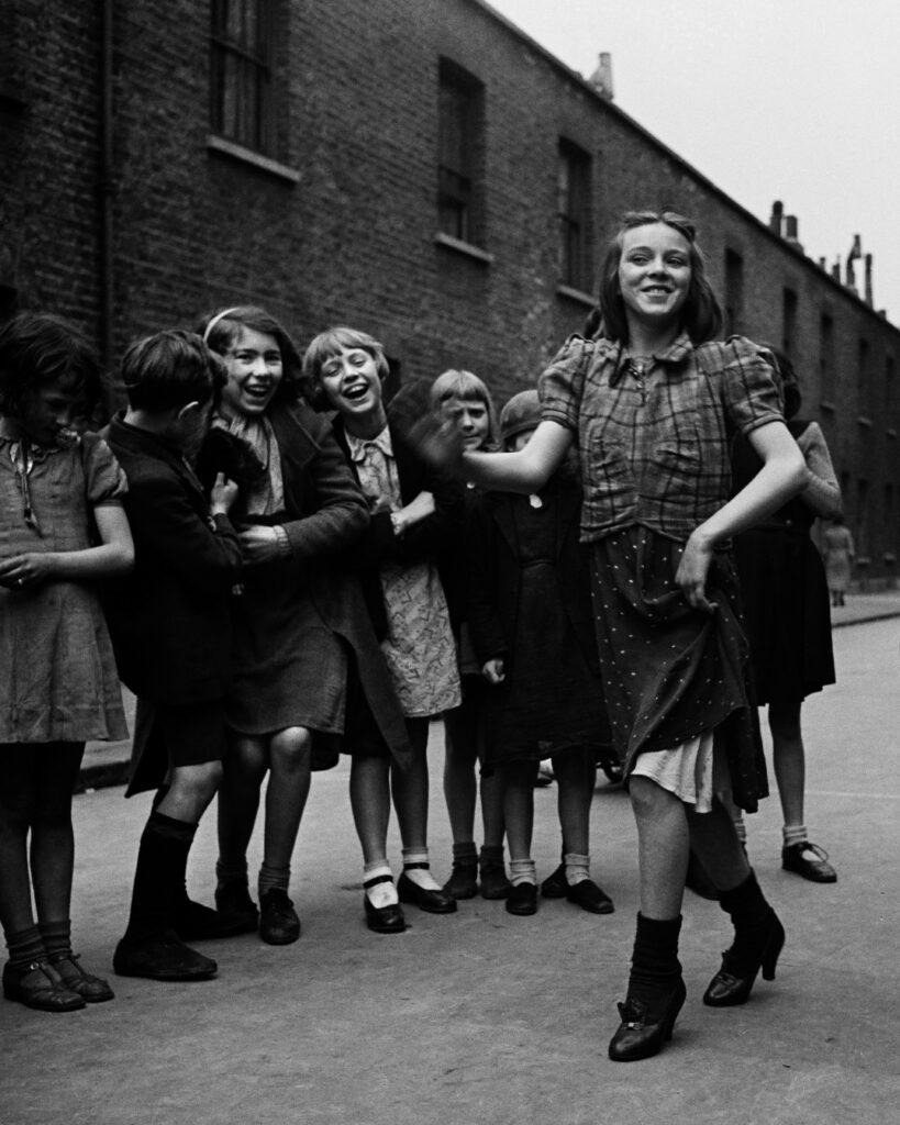 Bill Brandt. Joven del East End bailando «The Lambeth Walk», marzo de 1939. Colección privada. Cortesía de Bill Brandt Archive y Edwynn Houk Gallery. Bill Brandt Archive and Edwynn Houk Gallery