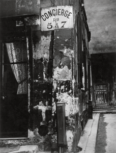Brassaï. Concierge's Lodge, Paris, 1933. © Estate Brassaï Succession, París