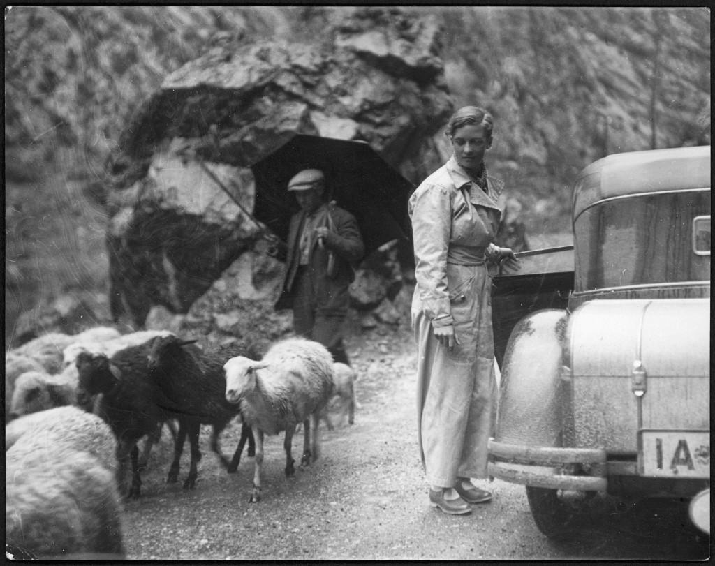 Marianne Breslauer. Sin título (Annemarie Schwarzenbach con su automóvil y un pastor), Pirineos,1933 Schweizerische Nationalbibliothek, NB, Bern