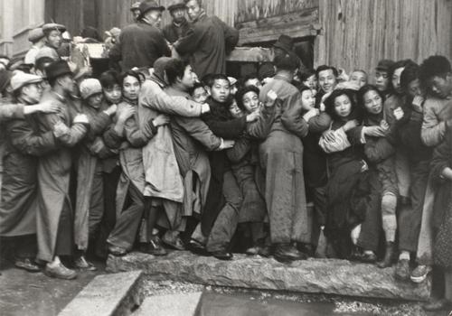 Henri Cartier-Bresson. Multitud esperando delante de un banco para sacar el oro durante los últimos días de Kuomintang, Shanghái, China, diciembre 1948. Colección Fundación Henri Cartier-Bresson, París © Henri Cartier-Bresson/Magnum Photos, cortesía Fundación Henri Cartier-Bresson