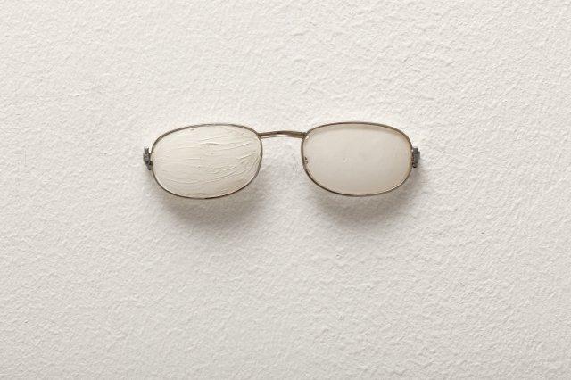 Mladen Stilinović. Spectacles , 1992. Cortesía del artista y  CA2M