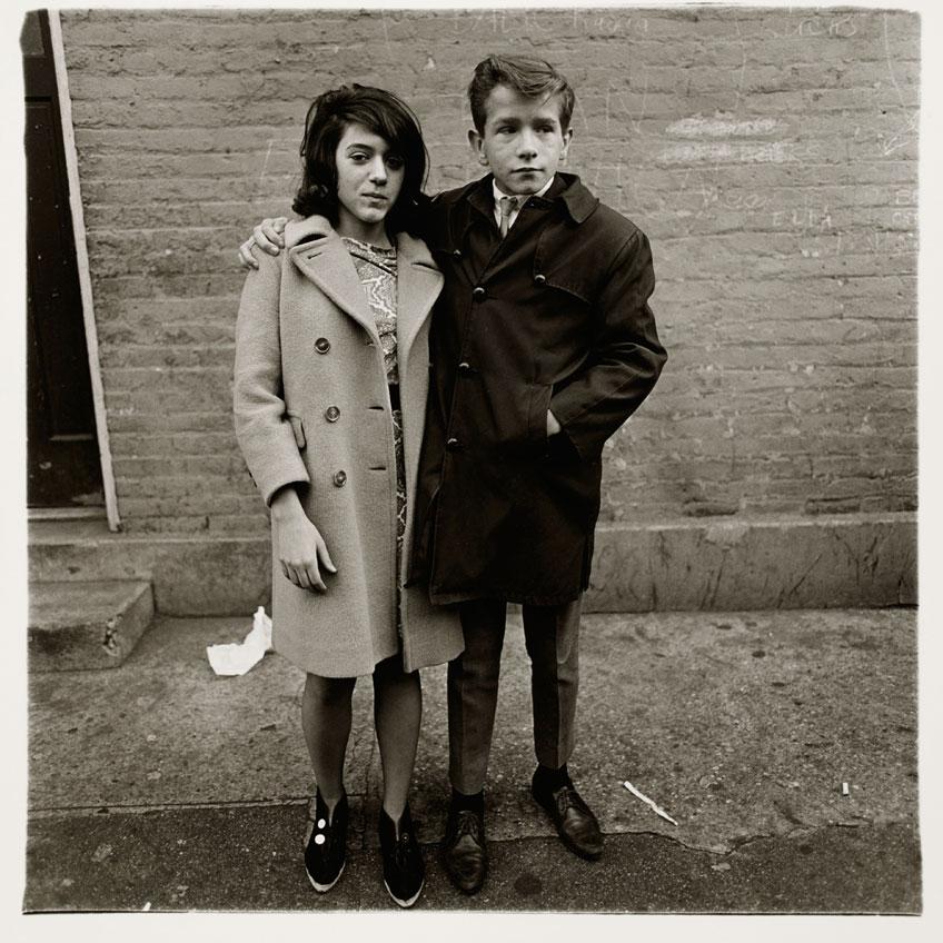 Diane Arbus. Pareja de adolescentes en la calle Hudson, N.Y.C. 1963. Centre Pompidou, Paris, Musee national d'art moderne – Centre de creation industrielle © The Estate of Diane Arbus.
