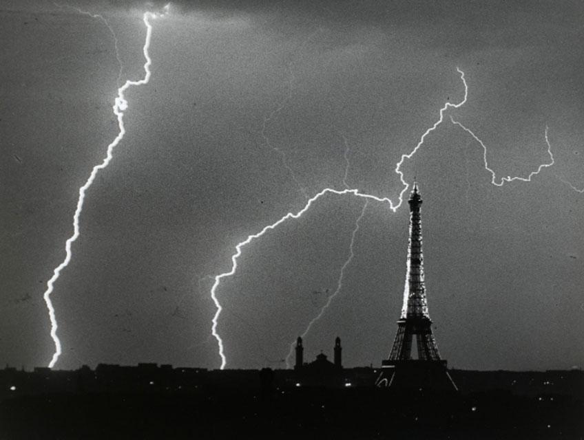 André Kertész. París, en verano, una tarde de tormenta 1925. Centre Pompidou, Paris, Musee national d'art moderne – Centre de creation industrielle © RMN-GP © Centre Pompidou, MNAM-CCI/Philippe Migeat/Dist. RMN-GP