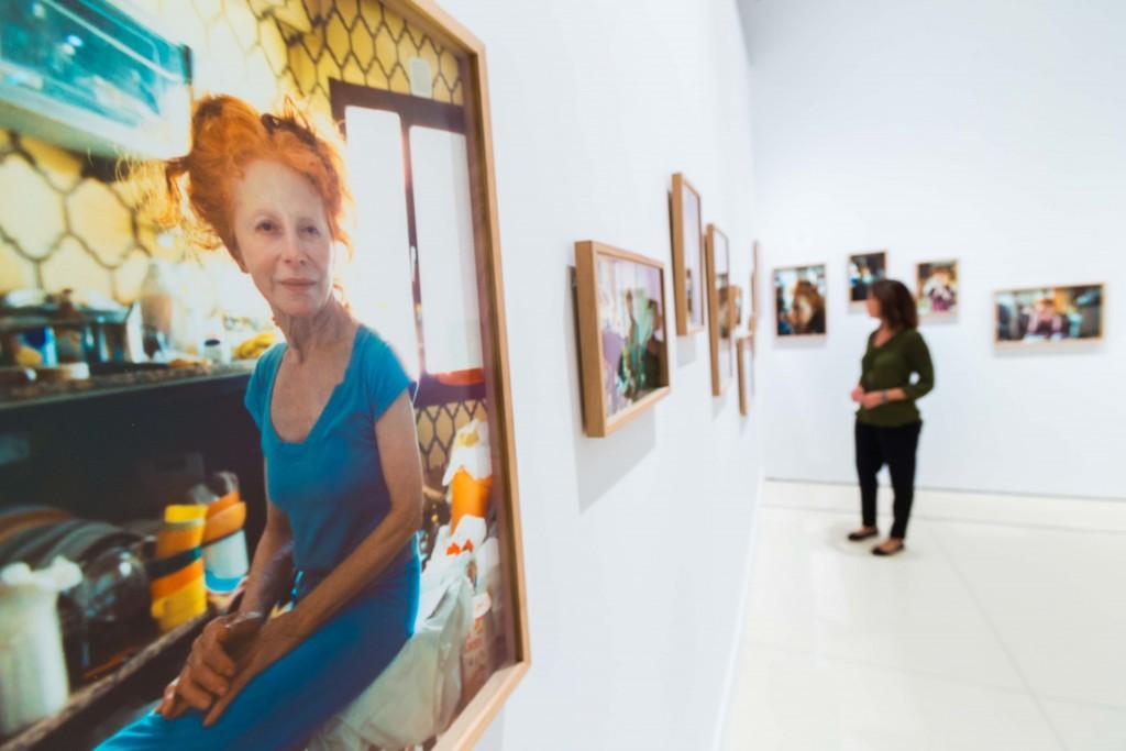 """Vista de sala de la exposición """"20.º FotoPres """"la Caixa"""". Nueva imagen documental"""" en CaixaForum Madrid, con una de las imágenes de la serie Mamá, de Nacho Caravia, en primer plano"""