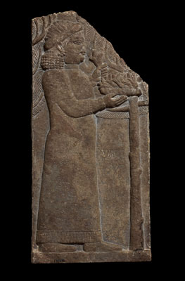Relieve de una mujer con flores. Palacio norte, Nínive (Irak). 645-635 a. C. © The Trustees of the British Museum