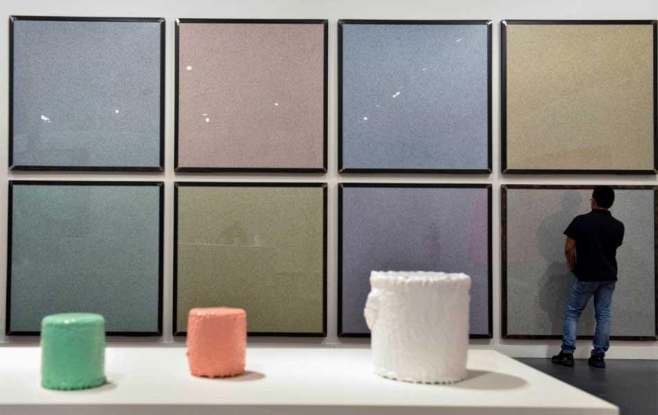 """Vista de la exposición """"La pintura, un reto permanente"""" en CaixaForum Barcelona, con obras de Ignasi Aballí y Jaime Pitarch"""